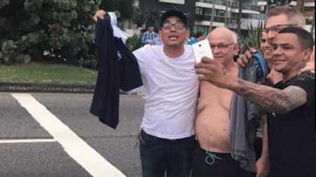 Em churrasco na praia, presidente do Grêmio tira camisa e dá a vascaíno