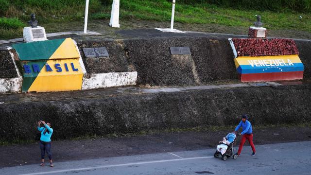 Vídeo mostra venezuelanos atravessando a fronteira após ataques em RR