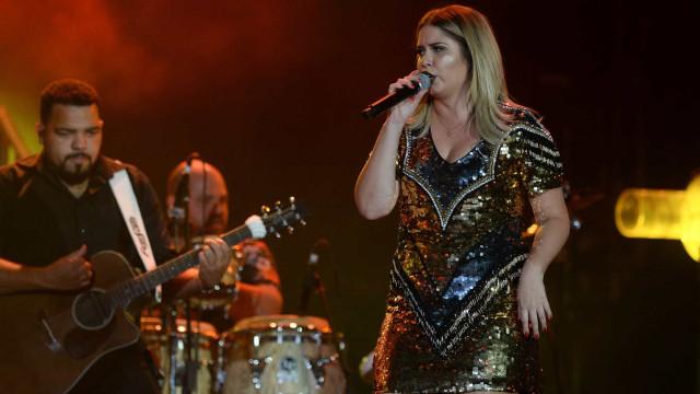 Marília Mendonça aposta em vestido curtinho para show em Barretos