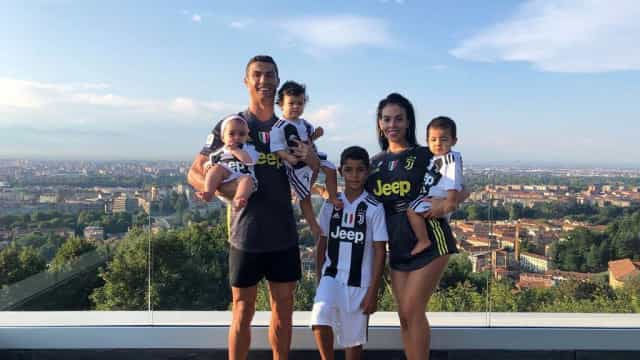 Cristiano Ronaldo publica foto na banheira com os filhos