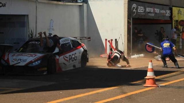 Forte acidente nos boxes da Stock Car deixa três feridos; vídeo