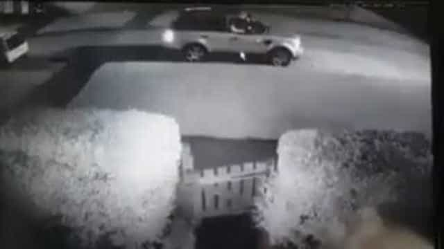 Homem nu persegue ladrão em tentativa de assalto; assista