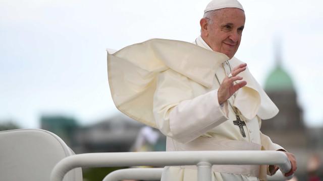 Papa Francisco tropeça e cai no Vaticano