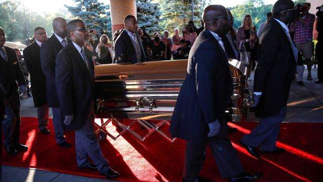 Corpo de Aretha Franklin chega a funeral em caixão de ouro; fotos