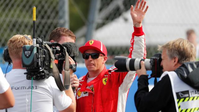 Raikkonen supera Vettel e Hamilton, bate recorde e larga na pole