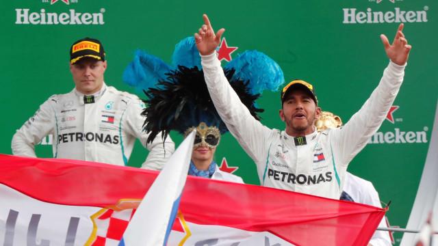 Hamilton colide com Vettel, frustra festa da Ferrari e vence em Monza
