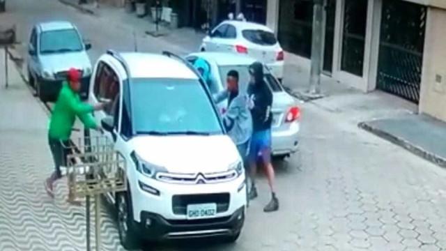Criminosos tiram mulheres à força e roubam carro em SP