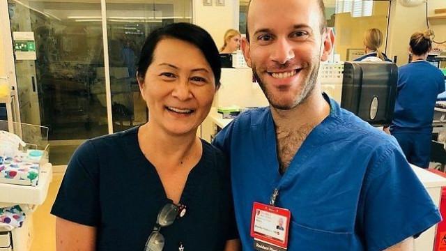 Enfermeira descobre que novo colega é a primeira criança de quem cuidou