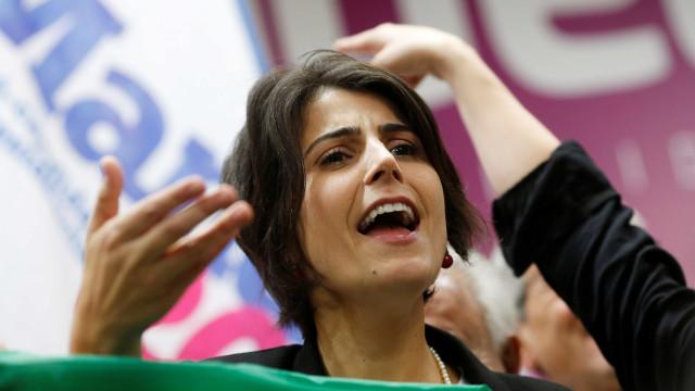 Manuela D'Ávila bate boca com metalúrgico em fábrica de SP