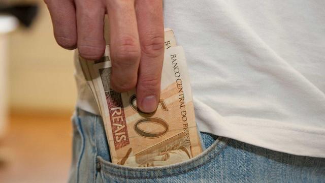 Brancos têm renda 74% superior à de pretos e pardos, diz IBGE