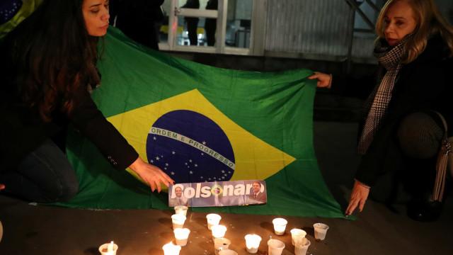 Apoiadores de Bolsonaro fazem orações em frente a hospital em MG