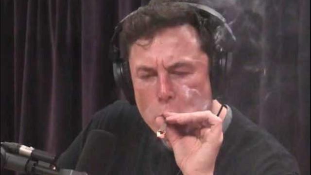 Ações da Tesla despencam após Elon Musk fumar maconha ao vivo