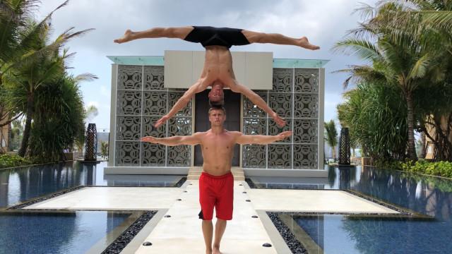 Acrobatas russos dão show em Bali