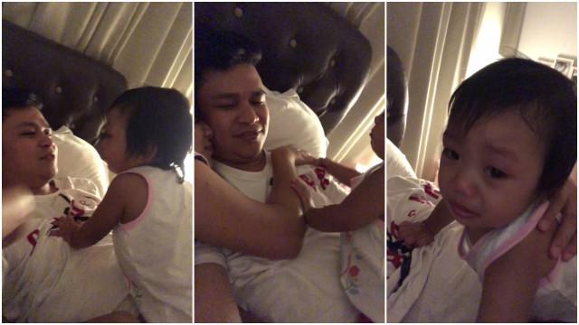 Menina tem ataque de ciúmes quando mãe abraça o pai