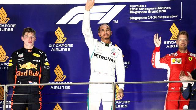 Hamilton acerta estratégia, vence em Singapura e dispara