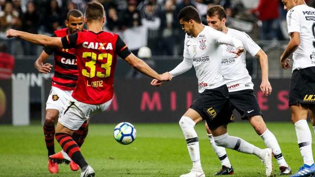 Corinthians desencanta, vence o Sport de virada e sobe na classificação