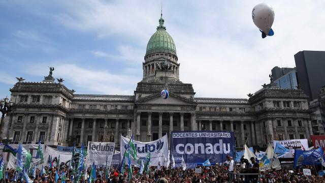 Sindicatos marcam protesto e greve contra governo na Argentina