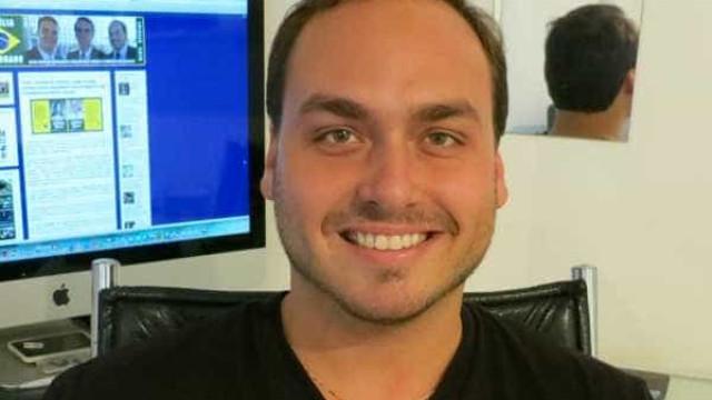 Carlos chama fake news de 'lixo' e fala em 'novo movimento pessoal'