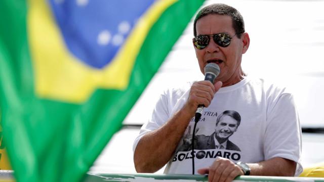 Após polêmica, Mourão informa que viajará separado de Bolsonaro