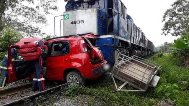 Mulher morre após carro ser arrastado por trem no Paraná