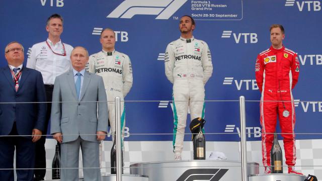 Hamilton vence com ajuda de equipe e abre 50 pontos sobre Vettel