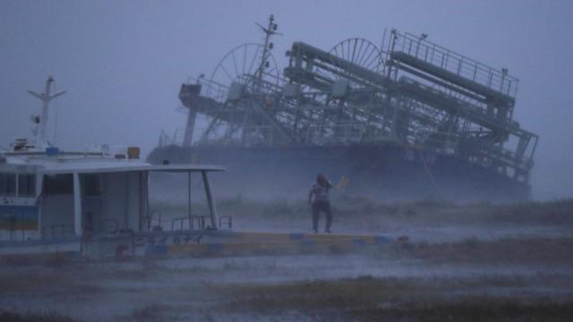 Tufão deixa mais de 70 feridos e afeta transportes no Japão