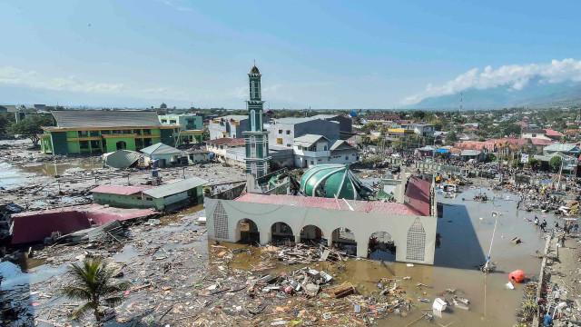 Indonésia enterra mortos em valas comuns, sofre saques e pede ajuda