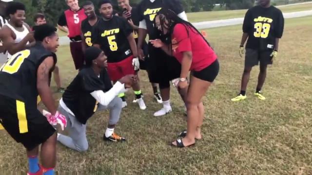 Homem finge lesão para pedir namorada em casamento