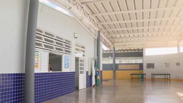 Escola inaugurada há 7 meses tem vazamento de esgoto e água suja