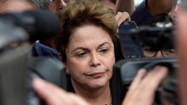 Dilma faz defesa pessoal e é interrompida por Gleisi em reunião do PT