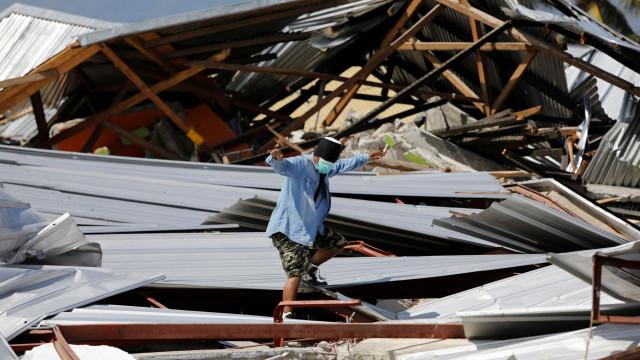 Dezenas de crianças continuam desaparecidas após tsunami na Indonésia