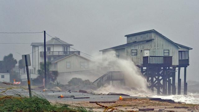 Com ventos de até 250 km/h, furacão Michael chega à Flórida
