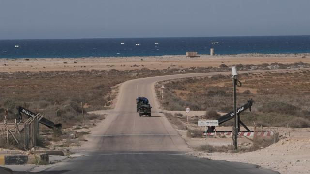 Líbia encontra fossa com 100 vítimas do Estado Islâmico