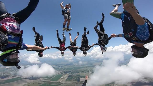 Paraquedistas saltam de avião e fazem 'mergulho' no ar; veja