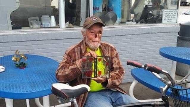 Funcionária pede para idoso sair de local para não assustar clientes