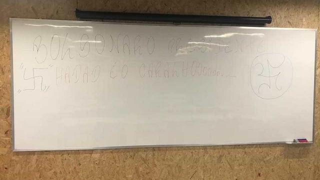 Suásticas são desenhadas em quadro de sala de aula da PUC-Rio