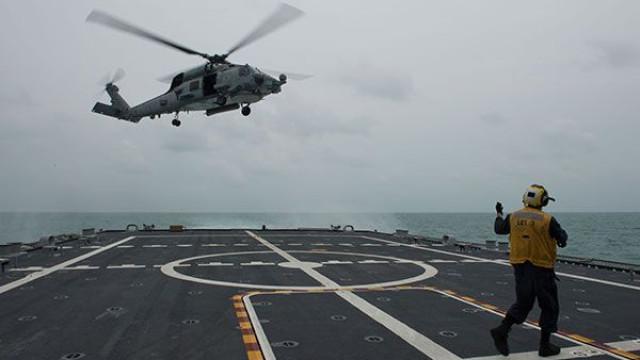 Helicóptero da Marinha dos EUA cai e colide com porta-aviões