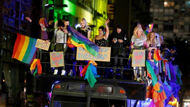 Deputados uruguaios aprovam lei que garante direitos a transgêneros