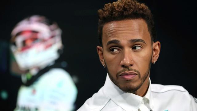 """Lewis Hamilton garante estar """"bem e apenas com sintomas leves"""""""