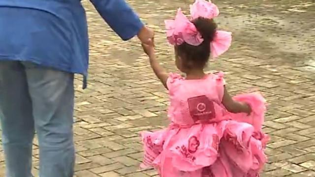 Sem dinheiro, pai faz vestido de princesa com sacos para a filha