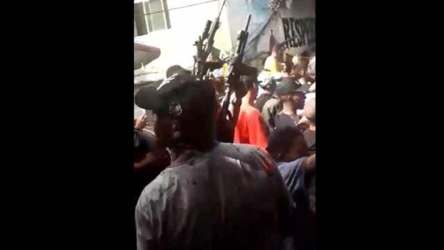 Bandidos exibem fuzis em baile funk na Rocinha; vídeo
