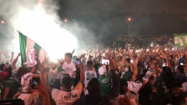 Centenas fazem festa no embarque do Palmeiras para Argentina