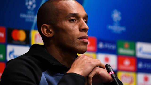 Querendo jogar no Brasil, zagueiro Miranda visita concentração e elogia Flamengo