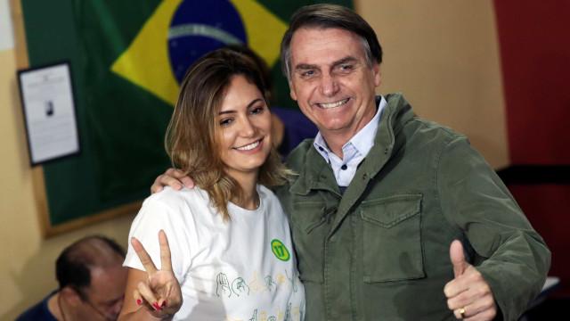 Esposa de Bolsonaro é 25 anos mais nova e tem estilo discreto; conheça