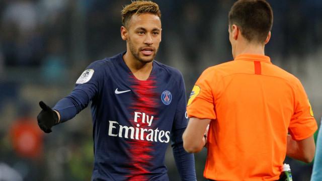 Com Neymar hostilizado, PSG vence clássico e segue 100% no Francês