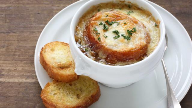 Aprenda a fazer uma deliciosa sopa de cebola gratinada com torrada