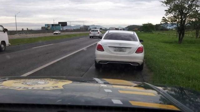Carro de luxo que 'furou' pedágio quase 300 vezes é flagrado em SC