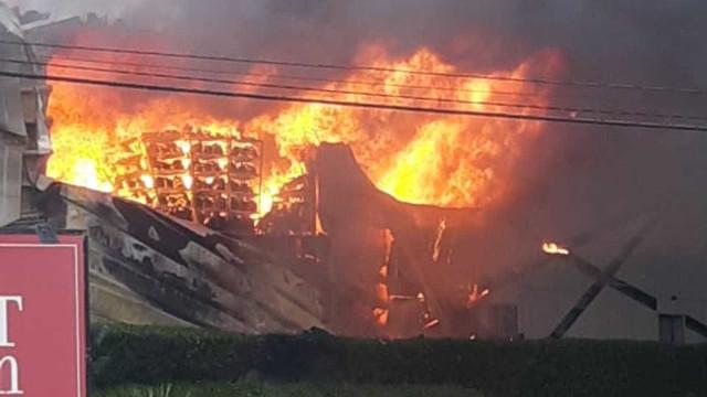 Incêndio atinge complexo de lojas no interior de SP