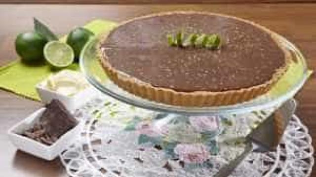 Torta de limão com chocolate é perfeita para adoçar no calor; aprenda