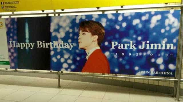 Fãs de BTS colocam anúncio no metrô para comemorar aniversário de ídolo